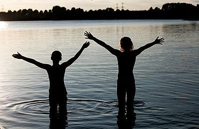 Kinder im Wasser - p1212m1153004 von harry + lidy