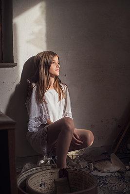 Girl leaning against a wall - p1323m2027897 von Sarah Toure