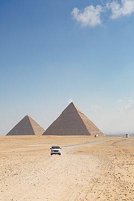 Die Cheops-Pyramide, eines der 7 Weltwunder auf der Hochebene von Gizeh in Ägypten - p1325m1222632 von Antje Solveig