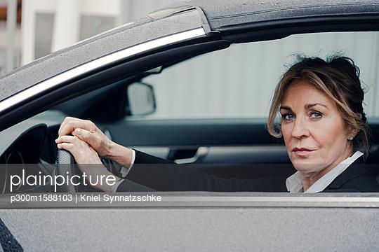 Portrait of confident senior businesswoman in car - p300m1588103 by Kniel Synnatzschke