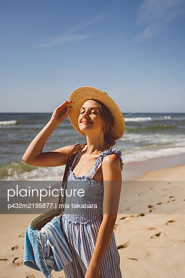 June Frau genießt Zeit am Meer - p432m2195877 von mia takahara