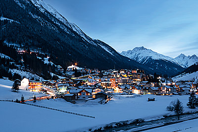 Austria, Tyrol, view on Ischgl in winter at dusk - p300m1068903f by Bela Raba