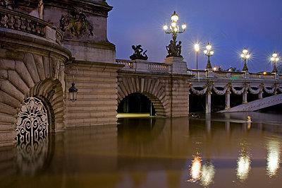 France - Paris - La Seine en crue - p589m1152640 by Thierry Beauvir