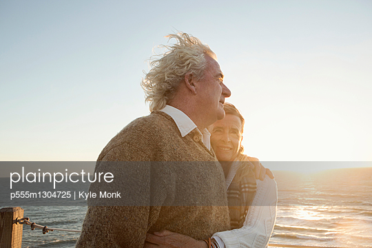 Older Caucasian couple hugging outdoors - p555m1304725 by Kyle Monk