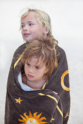 Liebevolle Geschwister - p045m2007851 von Jasmin Sander