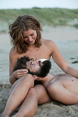 Junges Paar glücklich im Sand - p1212m1168762 von harry + lidy