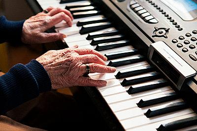 Ältere Frau spielt Keyboard - p1357m1539125 von Amadeus Waldner