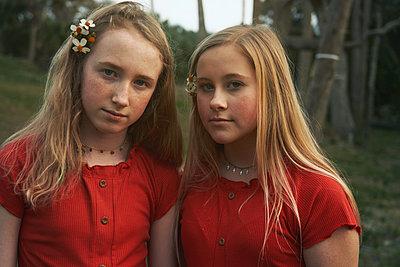 Schwestern in Rot - p1694m2291647 von Oksana Wagner