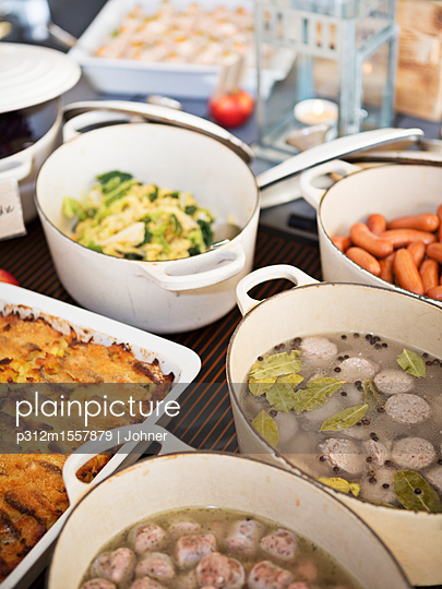 plainpicture | Photo library for authentic images - plainpicture p312m1557879 - Dishes prepared for dinner - plainpicture/Johner