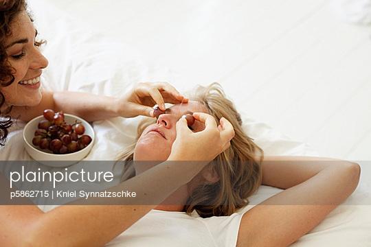 Mit Weintrauben necken - p5862715 von Kniel Synnatzschke