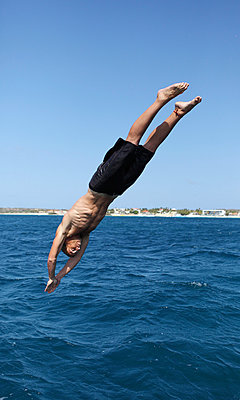 Man jumping into the water - p045m925287 by Jasmin Sander