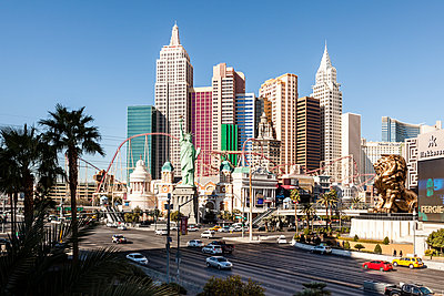 City street by New York-New York Hotel and Casino in Las Vegas against clear sky - p1094m1209104 by Patrick Strattner