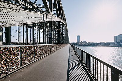Bike lane on Hohenzollern Bridge, Cologne - p1637m2211670 by Vogel