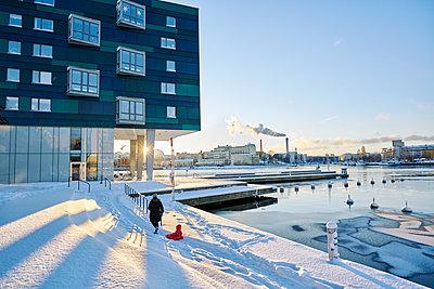 Snow covered street in Stockholm, Sweden - p352m1536374 by Johan Mård