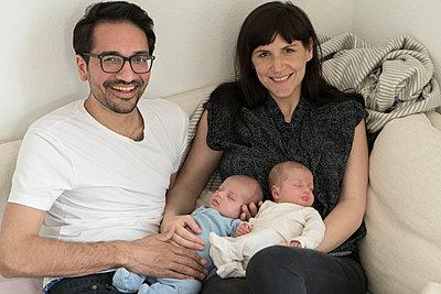 Familie mit Neugeborenen - p402m1201019 von Ramesh Amruth