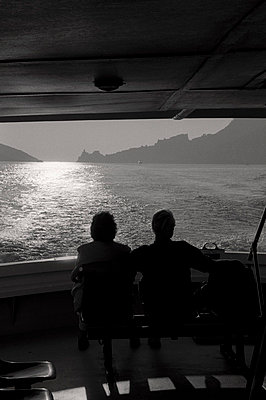 Couple travelling - p983m662026 by Richard Dunkley