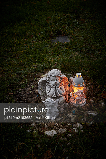 Angel figurine with lantern on graveyard at night - p1312m2193652 by Axel Killian