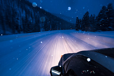 A car driving through a storm in Wyoming. - p1166m2137356 by Cavan Images