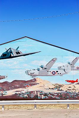 Wandgemälde mit mehreren Generationen an Kampfflugzeugen - p1196m1182348 von Biederbick & Rumpf