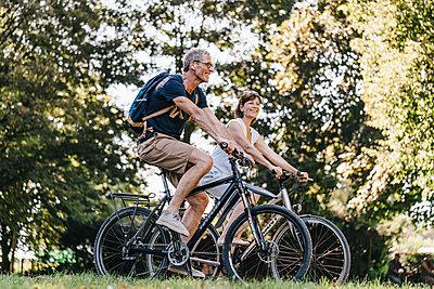 Couple taking a bike ride - p586m1172014 by Kniel Synnatzschke