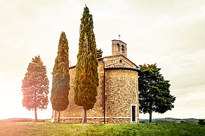 The small Vitaleta Chapel in the Tuscan countryside - p968m987210 by Roberto Pastrovicchio