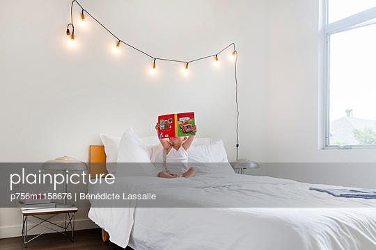 Kleinkind liest - p756m1158676 von Bénédicte Lassalle