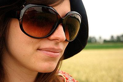 Frau mit riesiger Sonnenbrille - p2600195 von Frank Dan Hofacker