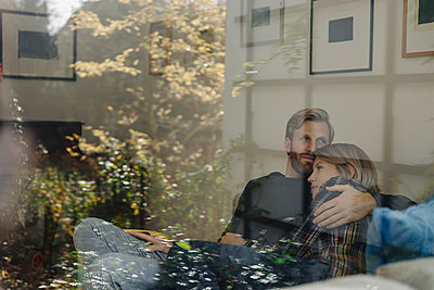Couple relaxing on the couch at home - p300m2166582 by Kniel Synnatzschke