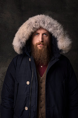 Man with full beard and fur hood, portrait - p947m2175982 by Cristopher Civitillo