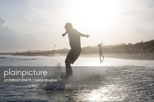 Mann Skimboard am Strand - p1308m2126476 von felice douglas