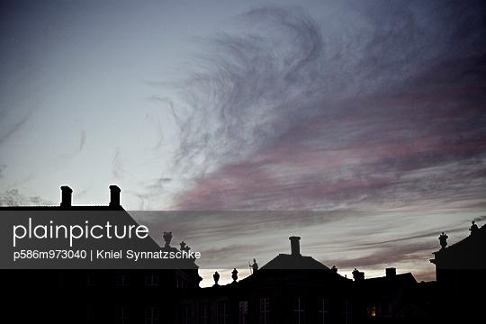 Silhouetten von Dächern in Kopenhagen - p586m973040 von Kniel Synnatzschke