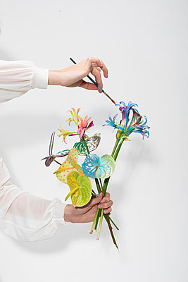 Painting flowers - p801m2258889 by Robert Pola