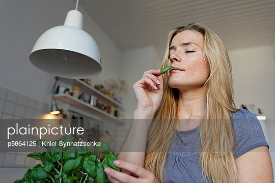 Woman with basil - p5864125 by Kniel Synnatzschke
