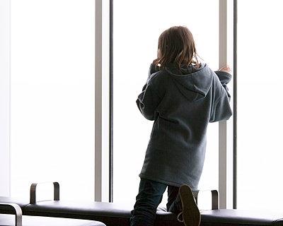 Teenager blickt aus dem Fenster - p1409m1466051 von margaret dearing