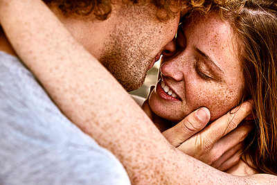 Happy young couple hugging - p300m1535158 by Martina Ferrari