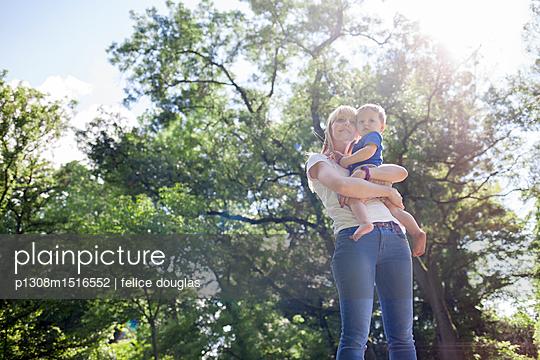 Mutter mit Sohn - p1308m1516552 von felice douglas