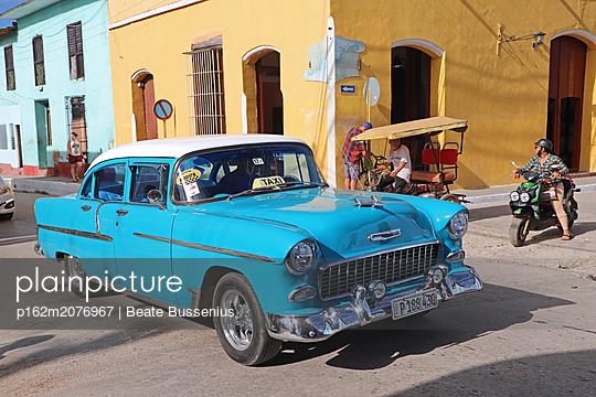 Oldtimer auf den Straßen Kubas - p162m2076967 von Beate Bussenius