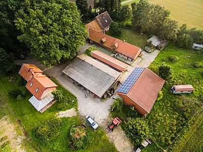 Bauernhof Luftaufnahme - p1046m1220967 von Moritz Küstner