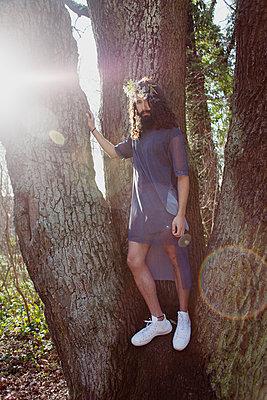 Mann im Baum - p1429m1502608 von Eva-Marlene Etzel