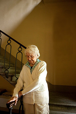 Older Caucasian woman climbing stairs - p555m1408866 by Shestock