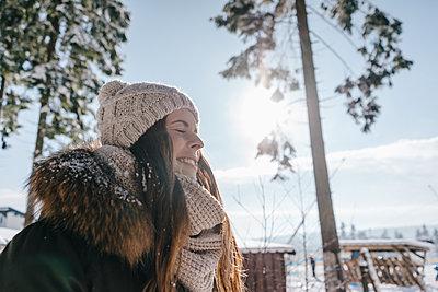 Young woman enjoying her winter holiday - p586m2005126 by Kniel Synnatzschke