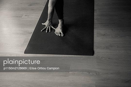 Yoga class - p1150m2128669 by Elise Ortiou Campion