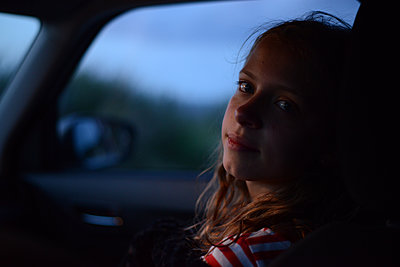 Teenage girl inside car - p1631m2208602 by Raphaël Lorand