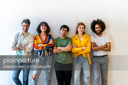 Portrait of confident group of friends standing at a wall - p300m2113863 von VITTA GALLERY