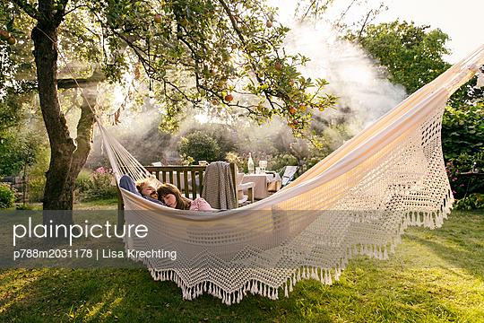 Paar entspannt in der Hängematte - p788m2031178 von Lisa Krechting