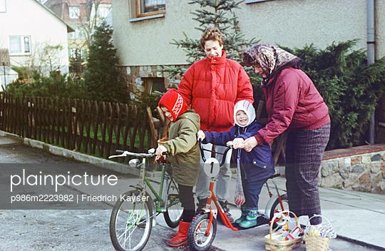 Deutschland, Fahrrad und Roller als Ostergeschenk in der DDR - p986m2223982 von Friedrich Kayser