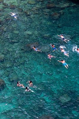 Urlauber baden im Meer - p1032m1467128 von Fuercho