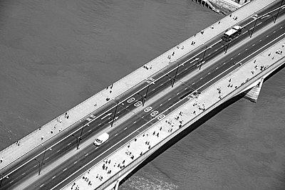 Luftaufnahme, Brücke mit Fußgängern - p1390m1591060 von Svetlana Sewell