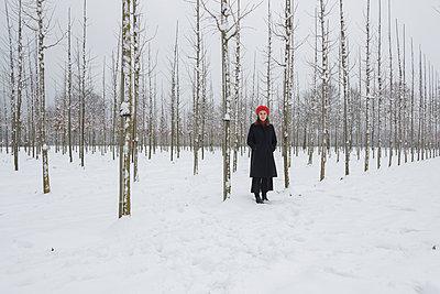 Junge Frau auf einem Winterspaziergang - p1437m1584874 von Achim Bunz
