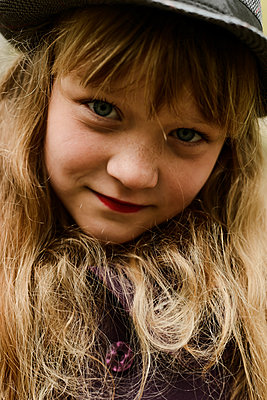 Portrait of a beautiful redhaired girl smiling at the camera. - p1166m2113082 by Cavan Images